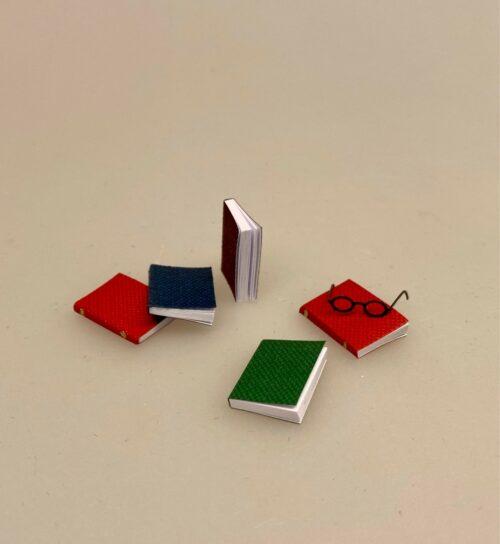 Miniature Bøger og læsebriller, bog, bøger, læsehest, miniature, miniaturer, dukkehusting, bibliotek, bibliotekar, journalist, forfatter, læsebriller, nissetilbehør, nisseting, nisser, nissebo, nissedør, nissehus, dukkehus, dukkestue, dukketing, ting til, sætterkasse, sættekasse, 1:12, biti, ribe, paperback