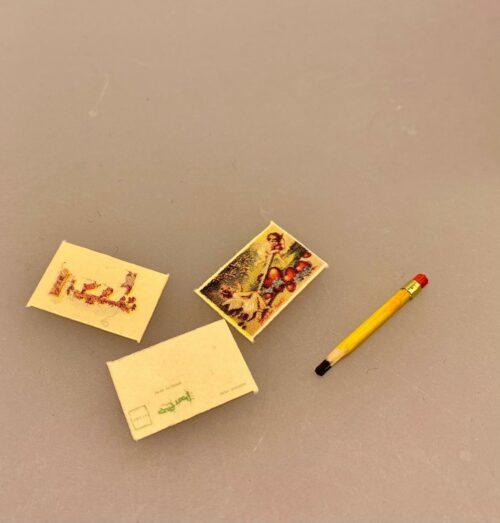 Miniature Blyant og tre julekort, postkort, blyant, pen, julekort, julehilsen, hjertelig, kærlig hilsen, dukkehus, dukkehusting, dukkehustilbehør, nissebo, nisseting, nissetilbehør, nisser, nissebo, nissehus, dukkehustilbehør, sætterkasse, sættekasse , ting til, miniaturer, sjov, julepynt, nisselandskab, 1:12, biti, ribe