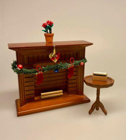 Miniature Lille rundt bord valnød, Miniature Lille rundt bord mahogny, Miniature Lille rundt bord mahogny ,Miniature Gyngestol Mahogny, Miniature kamin i Mahogny, Miniature Kamin lys træ, miniature, miniaturer, dukkehus, dukkehusting, dukkehustilbehør, ting til dukkehuset, 1:12, kamin, kaminhylde, op på kaminhylden, og glimmer på, hella joof, pejs, åben pejs, ildsted, kakkelovn, brændeovn, nissebo, nissedør, santa, chimney, chimny, nissetilbehør, nisseting, ting til nisser,