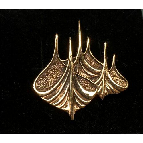 Vikinge Broche i bronze - Vikingestævne, bronzesmykker, skridbladner., Vikinge Broche - Vikingestævne, vikingesmykker, vikingebroche, broche, vikingeskib, vikinge skib, stævn, stævne, skibsstævn, skridbladner, mytologi, museumssmykke, museums, kopi, vikingekopi, fund, biti, ribe, vikinge, aser, gamle, guder,