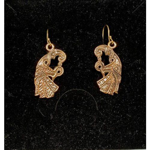 Bronze Øreringe - Odins Ravne Munin og Hugin, Bronze Øreringe - Odins Ravne Hugin og Munin, ravn, ravne, Odin, Odins ravne, klogskab, viden, information, nordisk, mytologi, nordiske guder, smykker, bronze, øreringe, ørehængere, fugle, gamle, museumsfund, museumssmykker, vikingesmykker, vikingeøreringe, hængeøreringe, ørehængere, kobber, bronzesmykker, ydun, idun, thor, sif, fenris, danerne, aser, asatro, kopismykker, vikingekopi, guldskat, udgravninger, biti, ribe, vadehavet, sort sol, domkirken, ansgar, gaveide, gave, gyldne, gyldent, kobberfarvet, kobberbryllup,