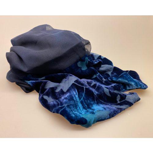 Dobbelt Silkestola med velour borter Mørkeblåt, mørkeblå, navy, marine, marineblå, midnatsblå, kongeblå, coboltblå, koboltblå, blå farver, blåt, tørklæde, silke, ren silke, silketørklæde, stola, silkestola, silkesjal, sjal, let, elegant, festligt, festtøj, tilbehør, bolero, over en kjole, over skuldrene, flot, smukt, lækkert, tilbud, nedsat, elegance, sølvbryllup, gave, sølvbrud, gaveide, kvalitet, dskret, stiligt, tidsløst, moderne, nydeligt, damet, lady, ladylike, biti, ribe, naturmateriale, kunstnerisk, unika, specielt