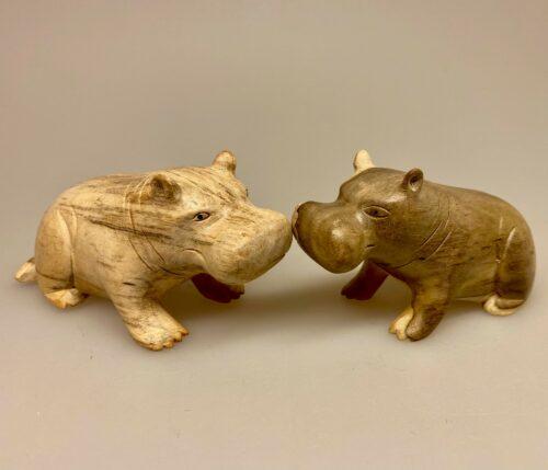Flodhest - Håndskåret af træ - Siddende M Grå Flodhest - Håndskåret af træ - Siddende M Grå , Flodhest - Håndskåret af træ - Siddende Grå, lille, flodhest, hippo, træflodhest, af træ, håndlavet, håndarbejde, håndsnittet, håndskøret, træskærearbejde, kunsthåndværk, trædyr, træfigur, dyr af træ, afrika, afrikanske dyr, savannen, flodheste, gaveide, sød, finurlig, specielt, nordisk, stilig, enkel, sød, flot, biti, ribe, ting med flodheste, flodhesteting,
