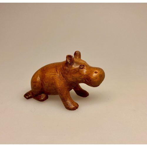 Flodhest - Håndskåret af træ - Siddende S Brun, Flodhest - Håndskåret af træ - Siddende, lille, flodhest, hippo, træflodhest, af træ, håndlavet, håndarbejde, håndsnittet, håndskøret, træskærearbejde, kunsthåndværk, trædyr, træfigur, dyr af træ, afrika, afrikanske dyr, savannen, flodheste, gaveide, sød, finurlig, specielt, nordisk, stilig, enkel, sød, flot, biti, ribe, ting med flodheste, flodhesteting, flodhesteføl, flodhesteunge