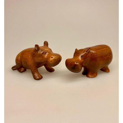 Flodhest - Håndskåret af træ - Brun lille S, Flodhest - Håndskåret af træ - Siddende S Brun, Flodhest - Håndskåret af træ - Siddende, lille, flodhest, hippo, træflodhest, af træ, håndlavet, håndarbejde, håndsnittet, håndskøret, træskærearbejde, kunsthåndværk, trædyr, træfigur, dyr af træ, afrika, afrikanske dyr, savannen, flodheste, gaveide, sød, finurlig, specielt, nordisk, stilig, enkel, sød, flot, biti, ribe, ting med flodheste, flodhesteting, flodhesteføl, flodhesteunge