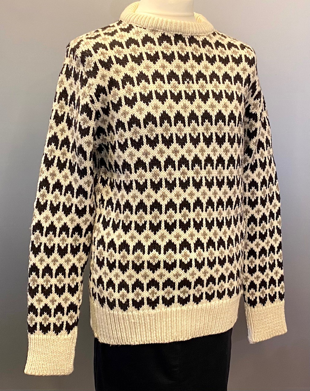 Fuza - Merino uld Pullover - Ymer , strik, uld, uldstrik, merino, merinould, fed, tyk, chunky, sweater, islænder, islændertrøje, islændersweater, sara lund, blød, varm, cool, hipster, moderne, blocker, dansk, design, håndstrikket, soft, hele året, overtøj, sejler, lystfisker, i naturen, gave, gaveide, yndlings, pullover, ulden, hjemmestrikket, til piger, til mænd, herre, herrer, herrestrik, damestrik, biti, ribe, fuza, vadehavet, får, marsken, nationalpark,