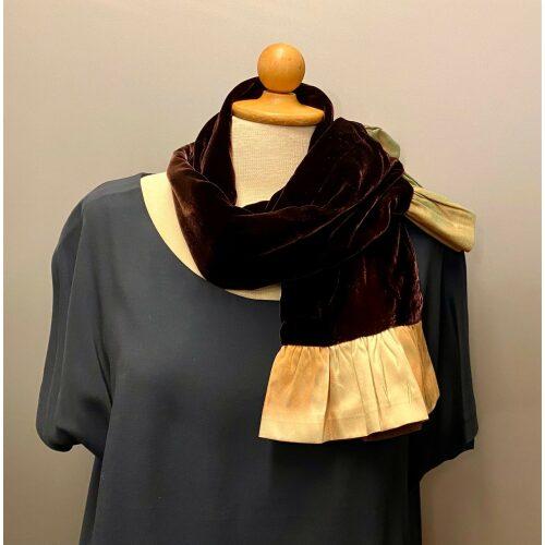 Kort Silkevelour tørklæde med flæse Brunt, mørkebrunt, lilla, olivengrønt, brunt, gyldenbrunt, rust, guldfarvet, feminin, smart, praktisk, klasse, Kort Silkevelour tørklæde med flæse Mørkeblåt, kort, silketørklæde, silkevelour, velourtørklæde, blødt, lækkert, luksus, supersoft, blødt mod halsen, kradser, ikke, lille, feminint, thaisilke, velourtørklæde, flæser, flæsekant, vendbart, biti, ribe, unika, kunsthåndværk, eksklusivt, tilbud, billigt, one of a kind, specielt, biti, ribe, vadehavet, nationalpark, domkirken,