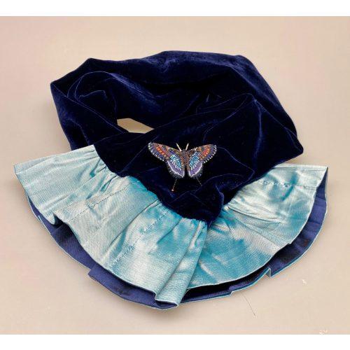 Kort Silkevelour tørklæde med flæse Mørkeblåt, kort, silketørklæde, silkevelour, velourtørklæde, blødt, lækkert, luksus, supersoft, blødt mod halsen, kradser, ikke, lille, feminint, thaisilke, velourtørklæde, flæser, flæsekant, vendbart, biti, ribe, unika, kunsthåndværk, eksklusivt, tilbud, billigt, one of a kind, specielt, biti, ribe, vadehavet, nationalpark, domkirken,