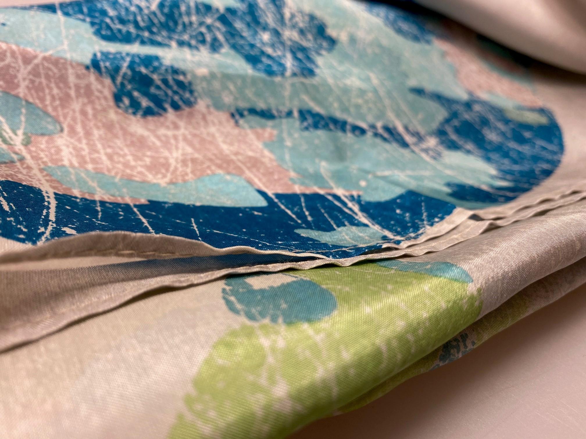 Silketørklæde Satin kvadratisk med tryk Blå Grøn, nordiske, farver, grøn, blå, petrol, petroleumsfarvet, turkis, lysegå, sandfarvet, Silketørklæde Satin kvadratisk med tryk , cremefarvet, sarte farver, afdæmpet, elegant, smart, descent, Silketørklæde Satin kvadratisk med tryk , silke, ren silke, silketørklæde, kvadratisk, firkantet, satin, silkesatin, luksus, lækkert, kvalitet, gaveide, ekstravagant, elegant, topkvalitet, festligt, farverigt, kulørt, dame, sporty, smart, til gråt hår, luner, varmer, blødt, glat, stort, biti, ribe, vadehavet, nationalpark, domkirke,