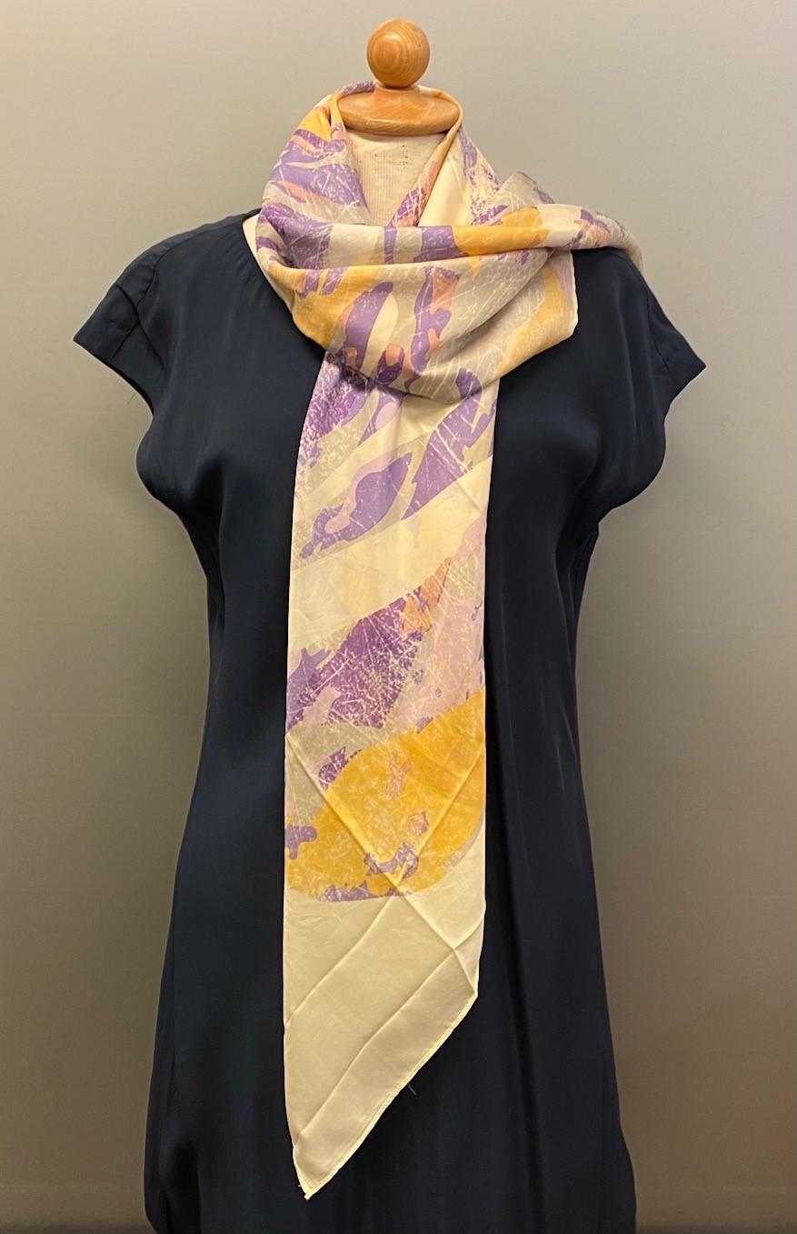 Silketørklæde Satin kvadratisk med tryk Lysegult, æggeskalsfarvet, elfenbensfarvet, cremefarvet, lysegul, sart gul, lilla, okker, sarte farver, afdæmpet, elegant, smart, descent, Silketørklæde Satin kvadratisk med tryk Lilla, silke, ren silke, silketørklæde, kvadratisk, firkantet, satin, silkesatin, luksus, lækkert, kvalitet, gaveide, ekstravagant, elegant, topkvalitet, festligt, farverigt, kulørt, dame, sporty, smart, lilla, til gråt hår, luner, varmer, blødt, glat, stort, biti, ribe, vadehavet, nationalpark, domkirke,
