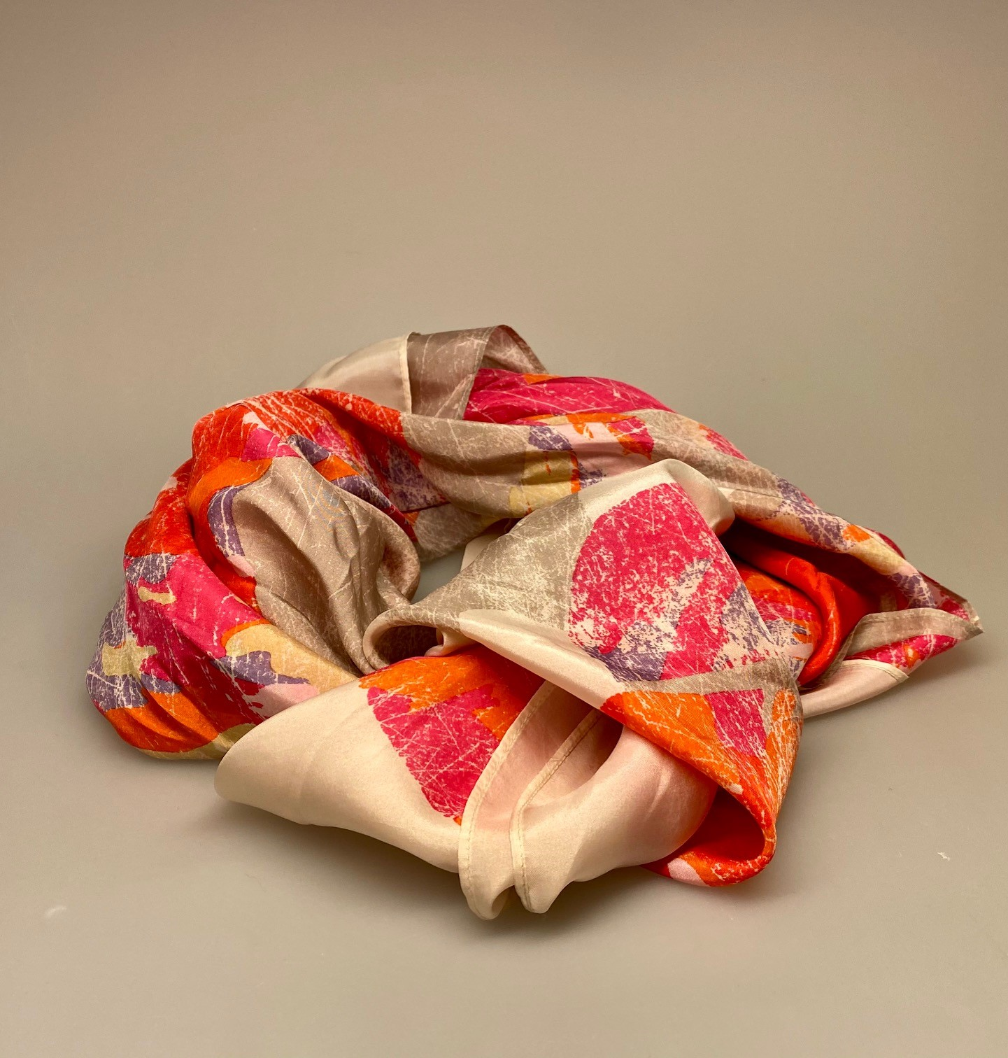 Silketørklæde Satin kvadratisk med tryk Pink, beige, sandfarvet, rød, orange, kulørt, muntert, frisk, glade farver, Silketørklæde Satin kvadratisk med tryk Rødt, Silketørklæde Satin kvadratisk med tryk , rød, sandfarvet, mønster, Silketørklæde Satin kvadratisk, silke, ren silke, silketørklæde, kvadratisk, firkantet, satin, silkesatin, luksus, lækkert, kvalitet, gaveide, ekstravagant, elegant, topkvalitet, festligt, farverigt, kulørt, dame, sporty, smart, til gråt hår, luner, varmer, blødt, glat, stort, biti, ribe, vadehavet, nationalpark, domkirke,