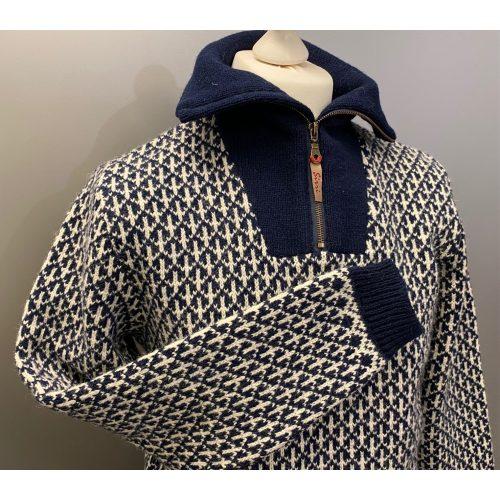 Sirri Færø Pullover - Sømandstrøje med kort lynlås Navy, mørkeblå, marine, blå, marineblå, lynlås, krave, rullekrave, højhalset, sweater, strik, herrestrik, strikpullover, striktrøje, strikketrøje, uldstrik, uld, ulden, uldtrøje, uldsweater, herresweater, sweater, tyk, let, ikke for varm, lækker, lun, varm, ren uld, færøsk, færø, færøisk, genser, pullover, trøje, til damer, unisex, tilsatte ærmer, smart, hipster, cool, moderne, hyggelig, udendørs, i naturen, fisker, lystfisker, vandretur, vandring, jagt, biti, ribe,