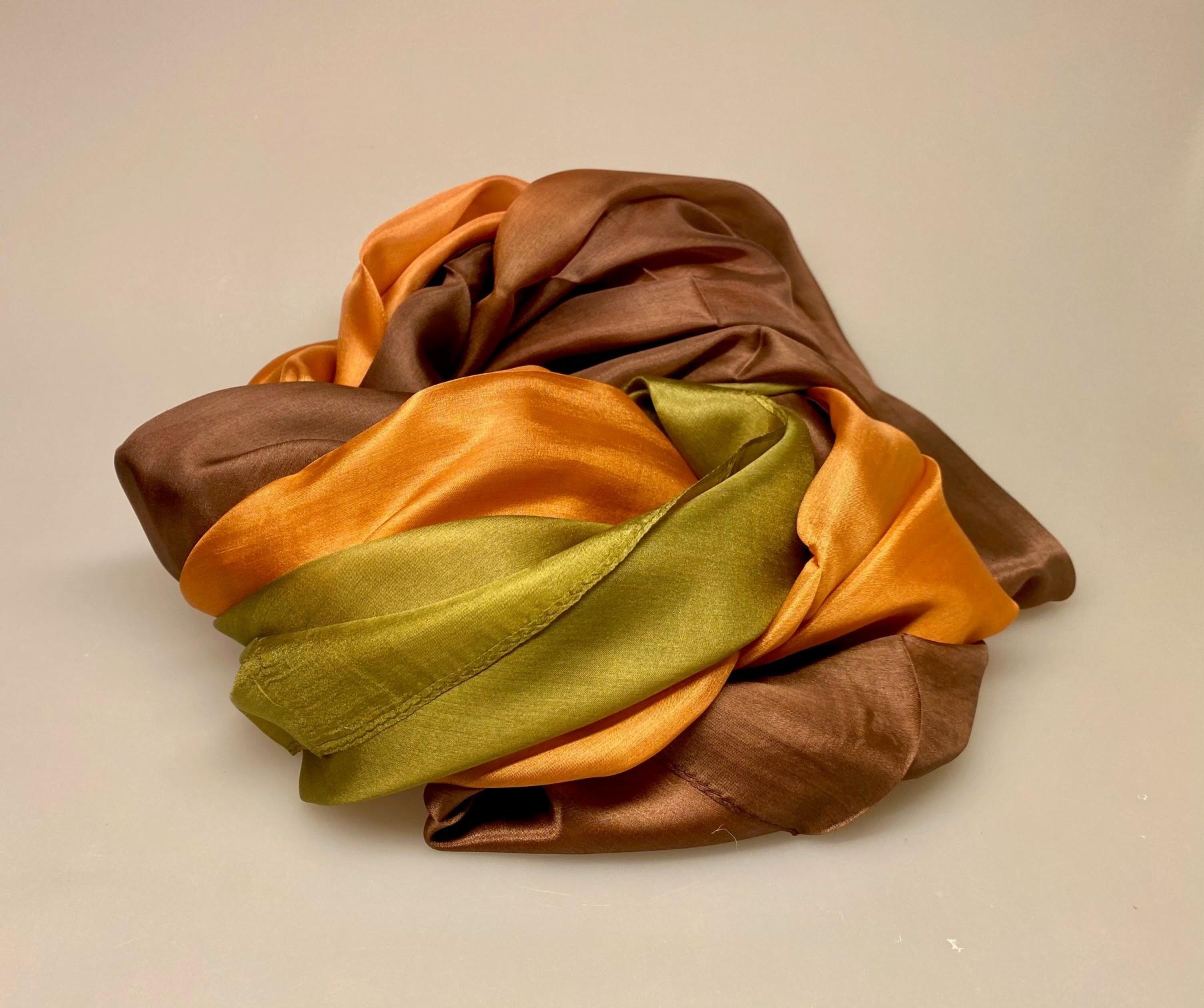 Silketørklæde Pongé 1410 XL - Gyldenbrunt/oliven, efterårsfarver, gyldne farver, varme, farver, brun, chokolade, kakao, olivengrøn, Silketørklæde Pongé 1410 XL, stola, bolero, festtøj. assesories, feststola, over skuldrene, galla, biti, ribe, stort, ekstravagant, luksus, luksuriøst, gaveide, flot, elegant, lækkert, kvalitet, silkebrus, silke, glat, blank, smuk, flot, billigt, tilbud,