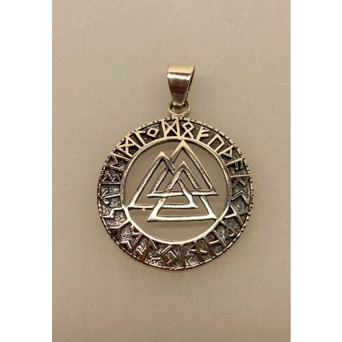 Sølv vedhæng Valknut åben med Runer, valknoot, valknude, valknot, amulet, magisk, tre, ni, magisk, stærkt, tegn, symbol, rollespil, vikingetegn, runer, runeskrift, trekanter, trekantet, symbol, tegn, motiv, vikingetid, fund, original, fund, runesten, ribe, museumssmykke, museums, smykke, vehdæhn, sølv, ægte, sterling sølv, biti, ansgar, udgravninger, gaveide, gave