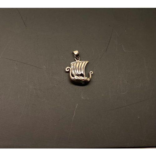 Vedhæng i sølv - Vikingeskib mini, Vedhæng i sølv - Vikingeskib lille, Vedhæng i sølv - Vikingeskib lille, skridbladner, langbåd, vikingebåd, vikingeskib, dragestævn, fund, nordisk mytologi, asatro, fund, museumssmykker, kopi smykker, danefæ, ribe, vadehavet, danmarks ældste by, biti, thor, freja, odin, ydun, idun