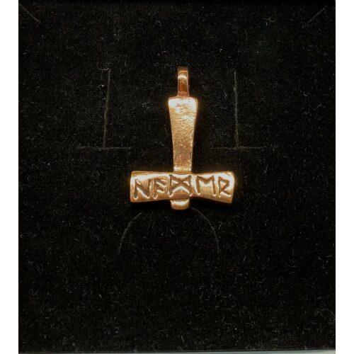 Vikingevedhæng Bronze Thorshammer med runer, Vikingevedhæng Bronze Thorshammer - tosidet med runer, thor, vikingesmykker, vedhæng, vikingevedhæng, dobbelt, mønster, vikingefund, gamle, guder, aser, mytologi, museumssmykker, kopismykker, vikingekopi, biti, ribe, domkirke,