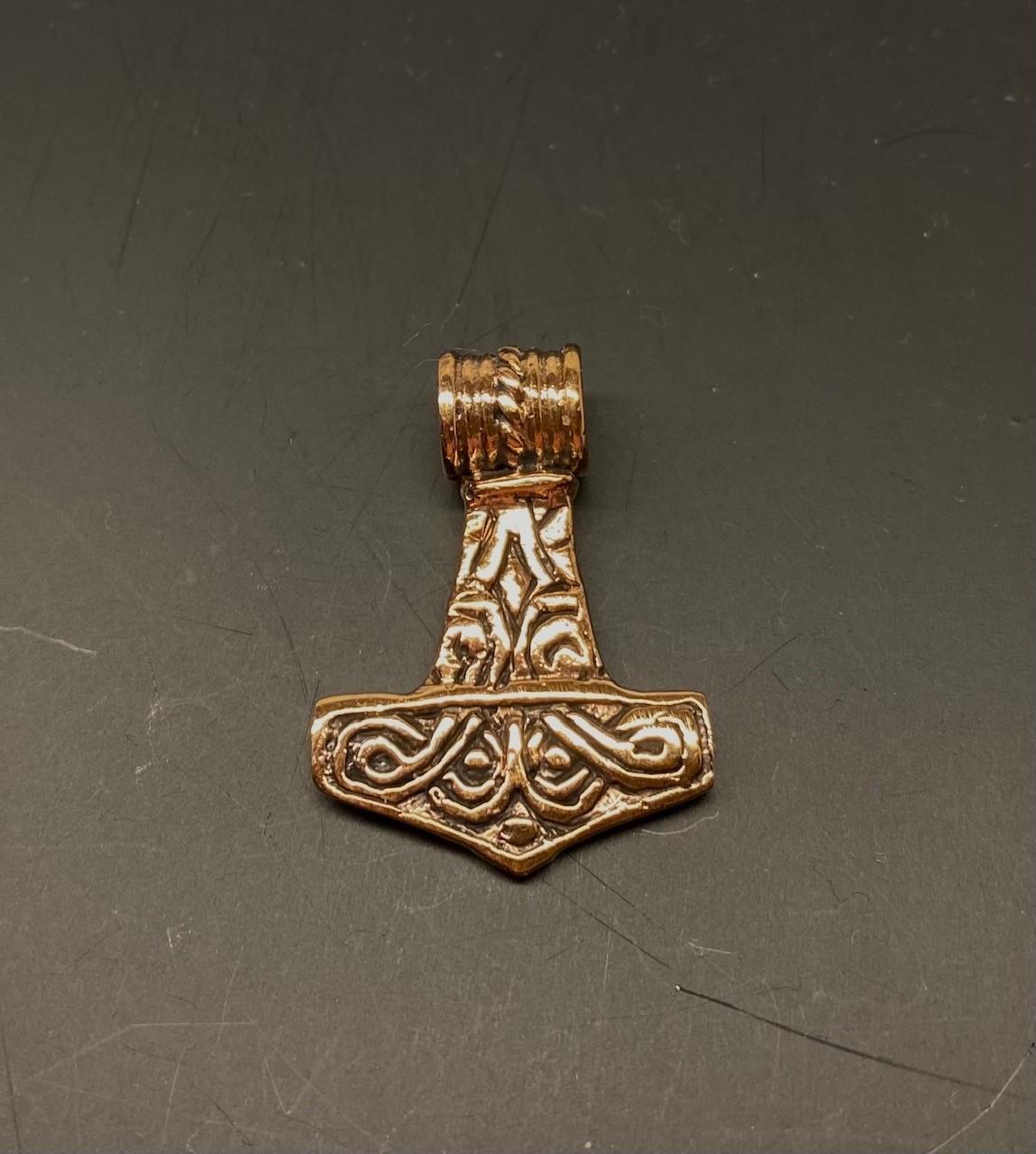 Vikingevedhæng Bronze Thorshammer - tosidet med runer, thor, vikingesmykker, vedhæng, vikingevedhæng, dobbelt, mønster, vikingefund, gamle, guder, aser, mytologi, museumssmykker, kopismykker, vikingekopi, biti, ribe, dmkirke,