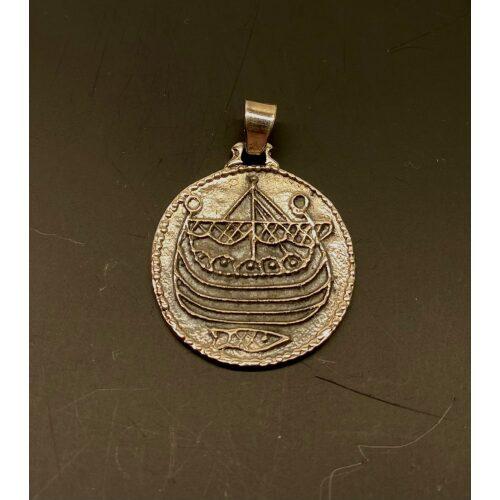Vikingevedhæng sølvmønt - Hedeby, første, mønt, sølvmønt, sølvsmykker, Vikingevedhæng sølvmønt - Aalborg, sølvskat, alabu, mønt, wotan, bracteat, bractiat, dansk, fund, vikingefund, kong harald, gamle, museumssmykker, museums, kopismykker, kopi, udgravninger, danefæ, gaveide, sølvsmykke, vedhæng, ægte, original, biti, ribe,