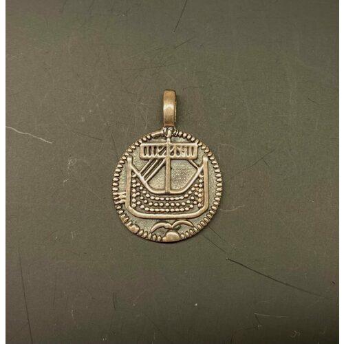 Vikingevedhæng sølvmønt - Hedeby lille, Vikingevedhæng sølvmønt - Hedeby, første, mønt, sølvmønt, sølvsmykker, Vikingevedhæng sølvmønt - Aalborg, sølvskat, alabu, mønt, wotan, bracteat, bractiat, dansk, fund, vikingefund, kong harald, gamle, museumssmykker, museums, kopismykker, kopi, udgravninger, danefæ, gaveide, sølvsmykke, vedhæng, ægte, original, biti, ribe,