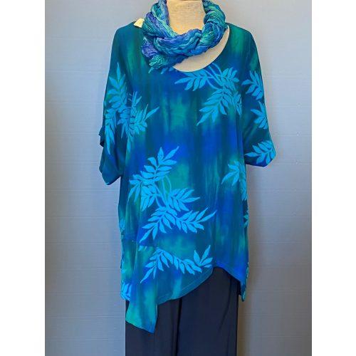 Asymmetrisk Tunika - 151 Pan Blå/Turkis, tunika, bluse, stor, store størrelser, kulørt, farverig, farveglad, glade farver, havblå, tyrkis, turkis, blå-grøn, grøn-blå, akvarelfarver, nordiske, design, vidde, løs, lang, stor barm, flagermuseærmer, natur, bæredygtig, håndtrykt, batik, batiktryk, batikfarve, holdbar, bomuld, silke, lækker, sjöden, loose, fit, biti, ribe, viskose, rayon, swing, swung, elegant, festloig, festtøj,