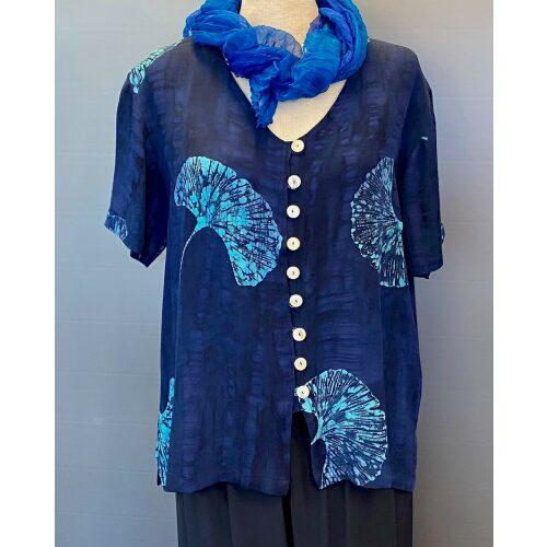 Batik bluse130 - Gingko Mørkeblå, knapper, skjorte, skjortebluse, kortærmet, korte ærmer, skjortejakke, lækker, silke, bomuld, rayon, viskose, batik, blå, koboltblå, midnatsblå, dybblå, marine, gingkoblade, biloba, flot, speciel, slankende, timeglas, figur, klædelig, biti, ribe,