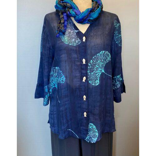 Batikbluse Model 125 med knapper - Gingko Mørkeblå, navy, kobolt, cobolt, kongeblå, dyb blå, marineblå, elegant, kølig, let, luftig, åndbar, med knapper, perlemorsknapper, jakke, skjorte, skjortebluse, fest, gennemknappet, speciel, små størrelser, klædelig, nydelig, kvalitet, biti, ribe, speciel, silke, bomuld, hør, viskose