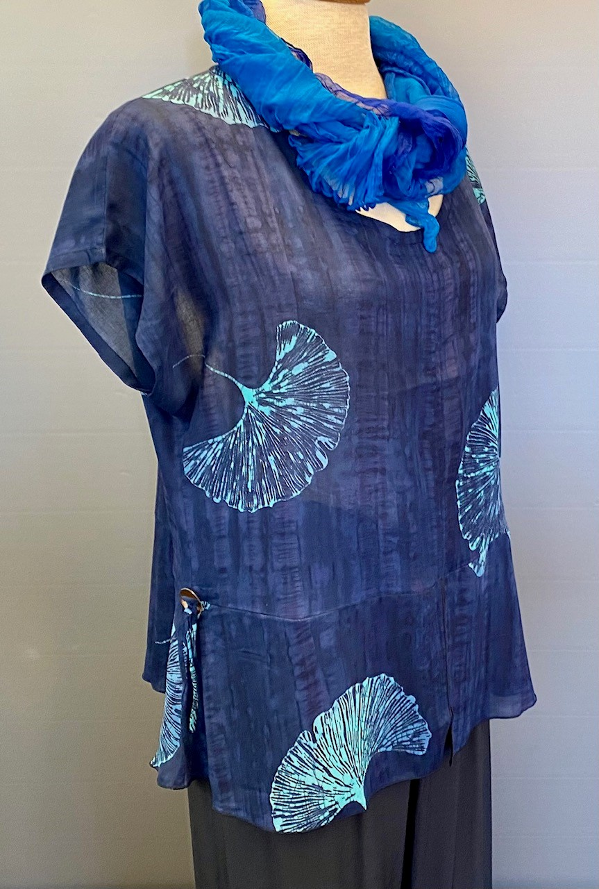 Batikbluse Model 185 - Gingko Mørkeblå, midnatsblå, marine, blå, navy, gingko, ginkoblad, biloba, bluse, let, luftig, feminin, elegant, farveægte, holdbar, åndbar, natur, silke, viskose, bomuld, rayon, natur, kort, store, små, størrelser, speciel, sølvbryllup, fest, biti, batik, ribe