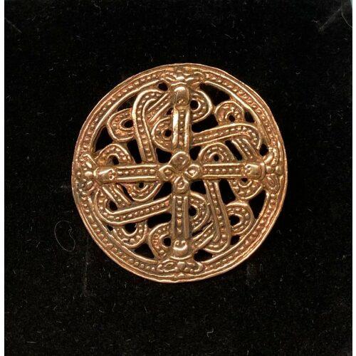 Bronze Broche Rund i Borrestil , rund, Bronze Vikingebroche og vedhæng - Ringkædemønster , Vikingesmykker - vikingespænde, broche i borrestil. Bronze. broche, vedhæng, evighedsmønster, vikingefund, vikingesmykker, vikingetiden, museumssmykke, museums, fund, udgravninger, rundt, flot, rollespil, aser, skjoldmø, valkyrie, skjold, ansgar, ribe, vadehavet, biti, vedhæng, kædemønster, gyldet, kobber, bronze, bronzesmykker, danefæ, kopismykker, guder, nordiske, mytologi