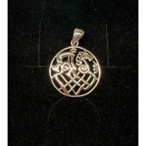 Vedhæng i sølv - Odins hest Slejpner åbent flet, Vedhæng i sølv - Odins hest Slejpner med runer, runeskrift, sjeipnir, sleipner, slejpnir, odin, odins hest, ottebenede, ottebenet hest, hurtig som vinden, aser, guderne, nordiske guder, nordisk mytologi, mythology, nordic, sølv, ægte, sterling sølv, vedhæng, sølvvedhæng, sølvsmykke, museumssmykker, museums smykke, kopismykker, vikinger, vikingesmykker, vikingevedhæng, vikinge vedhæng, kæde, halssmykke, amulet, flot, lækker, kvalitet, stort, spændende, interessant, specielt, biti, ribe,