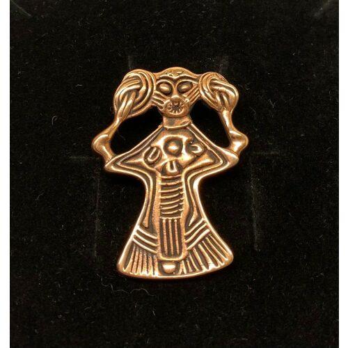 Viking Vedhæng i bronze - Freja stor, Viking Vedhæng i bronze - Freja, kærlighedsgudinde, frugtbarhed, amulet, vedhæng, kvinde, feminini, fletninger, flettet hår, bronze, vikingesmykke, aser, gudinde, asatro, fund, original, ægte, gylden, smykke, vikingesmykker, museumssmykker, udgravninger, odin, biti, ribe