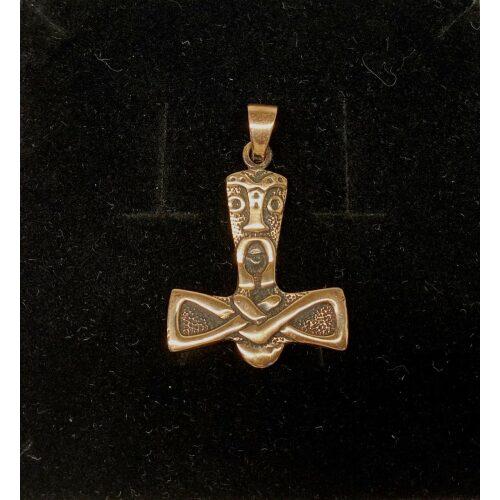 Vikingevedhæng i Bronze - Thorshammer med Ansigt, mjølner, thor, hammer, amulet, vikinger, vikingesmykker, vedhæng, til kæde, halskæde, til mænd, til drenge, fund, museumssmykker, museums, gamle, nordiske, guder, aser, asgård, original, fund, kopi, kopismykke, biti, ribe