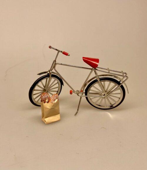 Cykel sølvfarvet metal miniature 1:12, Cykel grøn metal miniature 1:12 , gavekort, til cykel, gaveide, symbolsk, konfirmation, sangskjuler, cykler, cykling, rytter, motion, dukkehus, lille, miniature, tilbehør, dukkehusting, biti, ribe