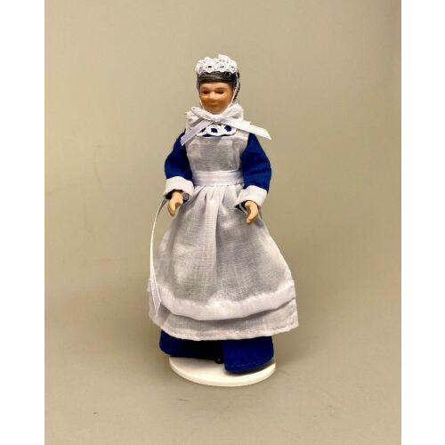 Dukke ældre stuepige, dukkehus dukke, dukkehusdukke, 1:12, miniature, sangskjuler, herskab, tjenestefolk, upstairs, downstairs, dukkestue, guvernante, barneplejerske,