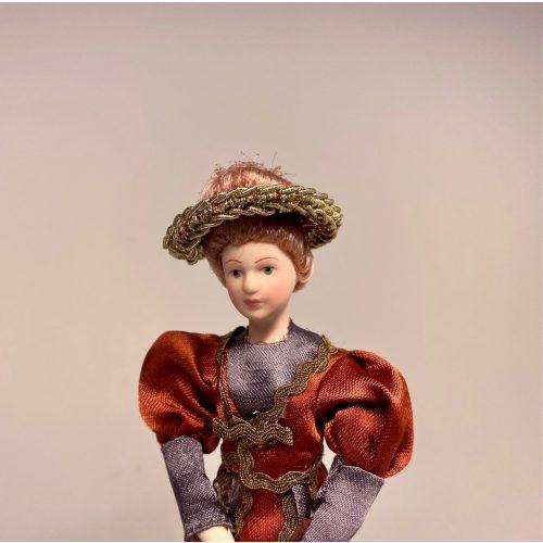 Dukke Fin Dame i rustrød kjole, guvernante, kunde, forfatterinde, gå tur på volden, visit, fin dame, dukke, med hat, dukkehusdukke, mor, herskab, biti, dukkehus, dukkehusdukker, tilbehør, biti, miniaturer, miniature, 1:12, ribe