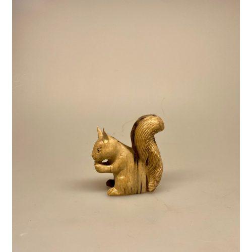 Egern - Håndskåret af træ - Lille Gråbrunt, Egern - Håndskåret af træ - Stort Gråbrunt, Egern - Håndskåret af træ - Stort Brunt, egern, egernfigur, træegern, trædyr, træfigur, figurer, naturlig, skovens dyr, squirrel, naturen, flot, nordisk, kunsthåndværk, træskærearbejde, træsnit, udskåret, håndsnittet, håndlavet, biti, ribe, gaveide, lille, vaks