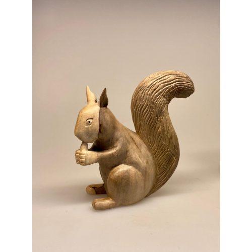 Egern - Håndskåret af træ - Stort Gråbrunt, Egern - Håndskåret af træ - Stort Brunt, egern, egernfigur, træegern, trædyr, træfigur, figurer, naturlig, skovens dyr, squirrel, naturen, flot, nordisk, kunsthåndværk, træskærearbejde, træsnit, udskåret, håndsnittet, håndlavet, biti, ribe, gaveide, lille, vaks