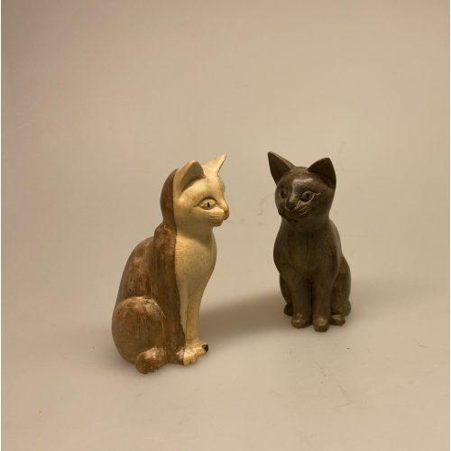 Kat - håndskåret træ - Kigger ligeud S Grå, lille, kattefigur, trækat, katteting, pynt, nips, trædyr, træfigur, træfigurer, figure, håndarbejde, håndlavet, sníttet, mis, killing, kattekilling, kunsthåndværk, biti, ribe