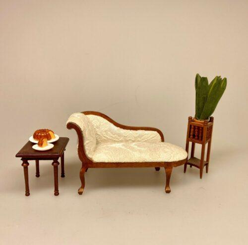 Miniature Chaiselong med lyst polster, chaiselong, buet, organisk, svungen, sofa, slængemøbel, slængesofa, biedermaier, empire, rokokko, art deco, jugensstil, skønvirke, elegant, sofa, polster, polstret, miniaturer, dukkehus, dukksehusmøbler, dukkemøbler, gavekort, møbler, pengegave, symbolsk, gave, 1:12, mini, lille, feminin, lys, beige, hvid, bodoir, dame, soveværelse, biti, ribe