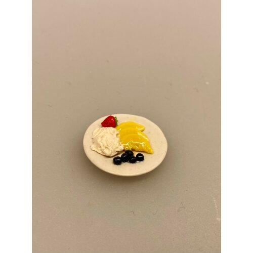 Miniature Desserttallerken med frugt, dessert, dessertanretning, desserttallerken, frugtfad, frugttallerken, frugtanretning, miniature, mad, dessert, blåbær, flødeskum, miniaturer, minimad, sangskjuler, middag, herskab, tjenestefolk, upstairs, downstairs, dukkehus, dukkehusting, dukkehustilbehør, cafe, restaurant, mini, 1:12, symbolsk, gave, gavide, biti, ribe, nissehus, nisse, nissedør