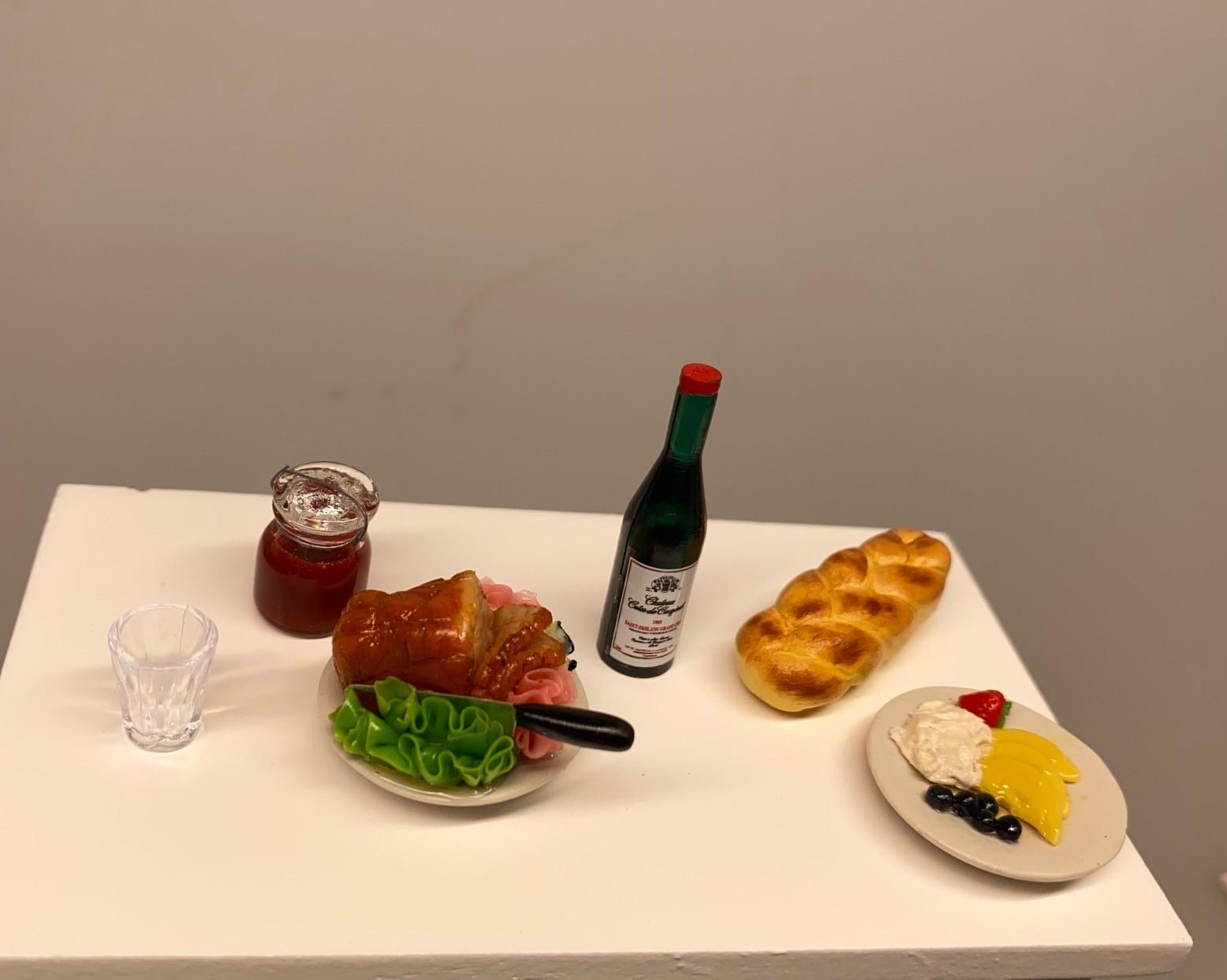 Miniature Fletbrød, brød, bagværk, franskbrød, bagekursus, bager, bageri, bagerbutik, konditori, gave, symbolsk, dukkehus, ting, tilbehør, nisser, nissebo, nissedør, nisserne, biti, ribe, sættekasse, sætterkasse, 1:12,Miniature Fad med Flæskesteg, skinke, skinkesteg, steg, middagsmad, middagsret, julemad, julemiddag, nissebo, nisser, nisse, tilbehør, ting, dukkehus, dukkehustilbehør, sangskjuler, symbolsk, gave, gavekort, mad, dukkemad, biti, ribe,