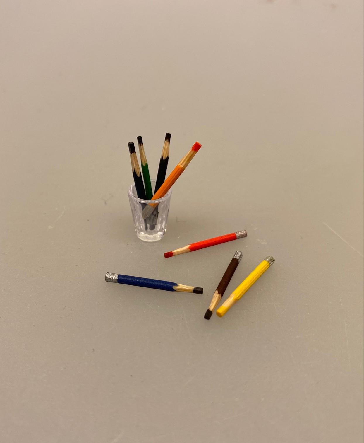 Miniature Farveblyanter, Miniature, kunstmaler, maling, oliekridt oliefarver, miniature, mini, maleri, maler, sangskjuler, kunst, gavekort, symbolsk, sætterkasse, sættekasse, dukkehus, dukkestue, ting, til, tilbehør, nisser, nisse, 1:12, farver, kreativ,
