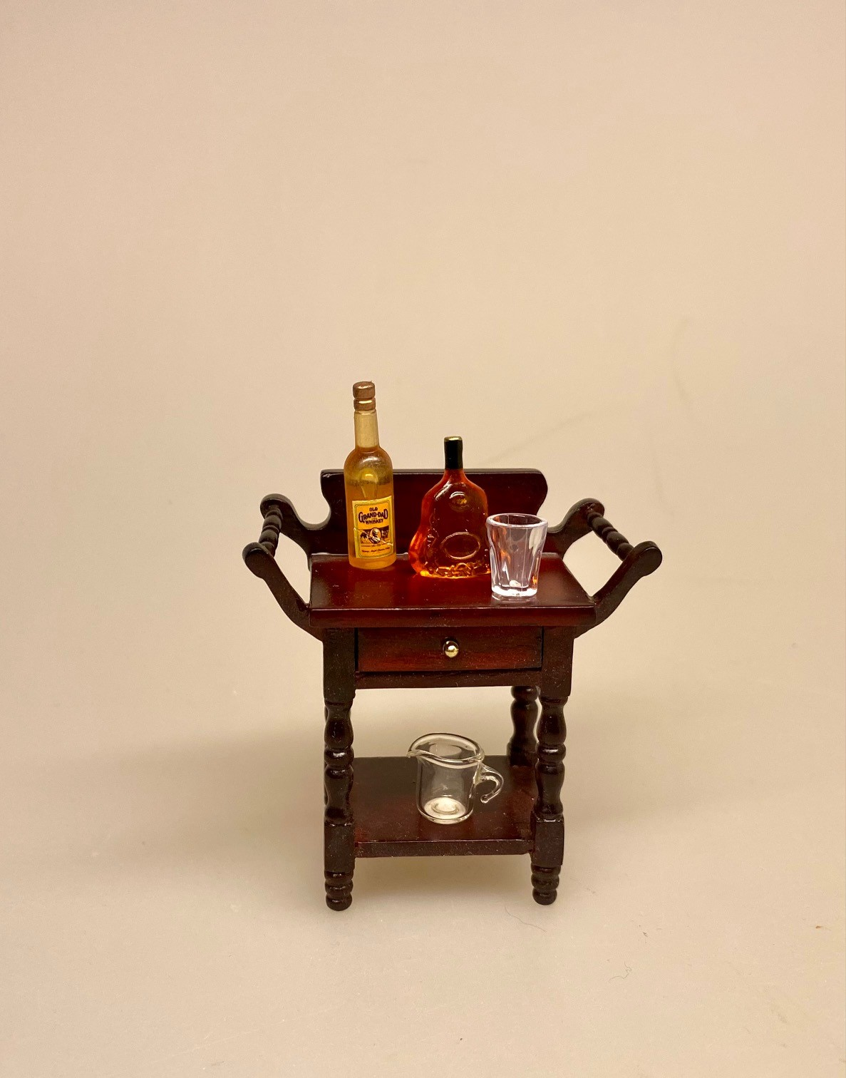Miniature Flaske med V.S.O.P. Cognac, minibar, mini, miniature, flasker, hjemmebar, gavekort, spiritus, sangskjuler, sjov, gavekort, symbolsk, dukkehus, dukkehusting, dukkehustilbehør, sætterkasse, sættekasse, ting til, tilbehør, nisser, nissedør, nissebo, biti, ribe