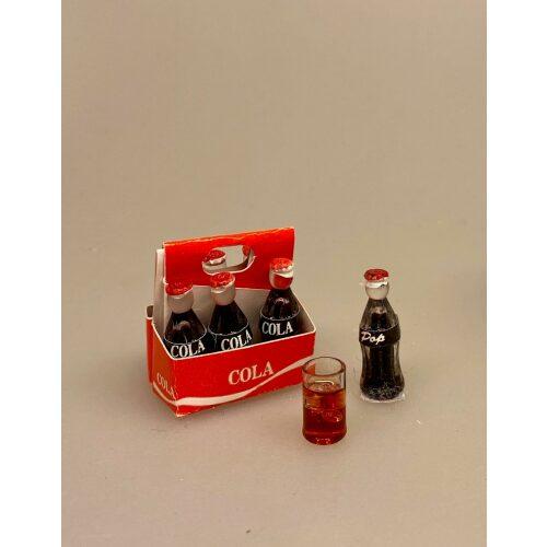 Miniature Glas med Iste eller cola, rom og cola, longdrink, drink, cuba libre, rum and coke, cola, coke, coca cola, læskedrik, iste, ice tee, peach, sommerdrik, sommerferie, ferie, drinks, miniature, glas, isterninger, sætterkasse, sættekasse, ting, tilbehør, dukkehus, dukkestue, sangskjuler, gavekort, konfirmation, 1:12, minaturer, biti, ribe