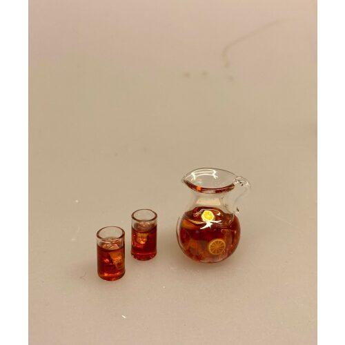 Miniature Glaskande med Iste og 2 glas, iste, ice tee, fersken, sommer, sommerdrik, læskende, læskedrik, glas, kande, miniature, terrasse, ferie, sommerferie, dukkehus, ting, tilbehør, sætterkasse, sættekassen, sangskjuler, rejsegavekort, gavekort, symbolsk, biti, ribe, nisser, 1:12, barbie, miniaturer