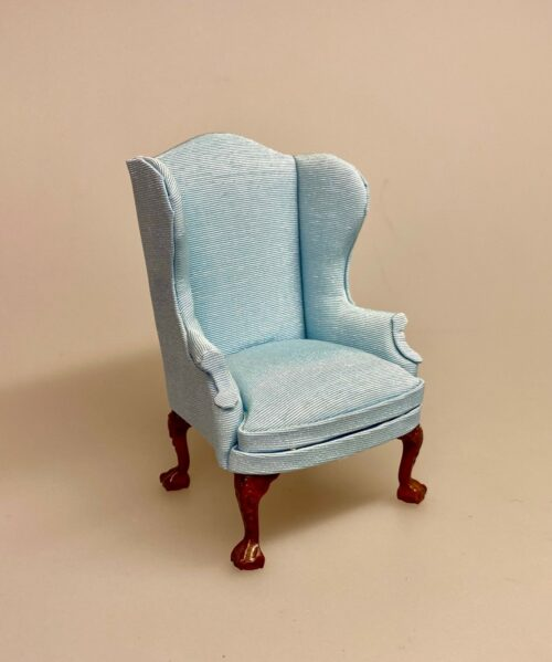 Miniature Lænestol med polster - Lyseblå, læbestol, otium stol, øreklapstol, bamsestol, gavekort, til møbler, sangskjuler, pengegave, gave, symbolsk, dukkehusmøbler, miniature møbler, lille, skala, 1:12, dukkehus, dukkestue, hvilestol, bibliotek, stemning, herreværelse, biti, ribe