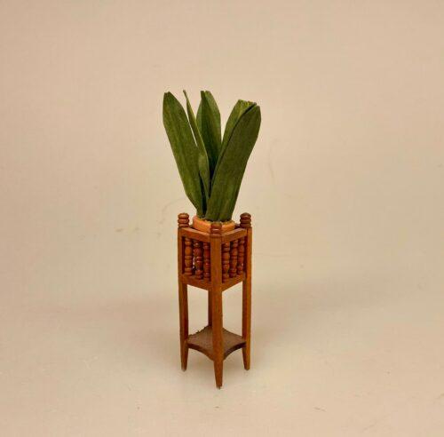 Miniature Piedestal til grøn plante, 909008, Miniature Piedestal med grøn plante, blomsteropsats, blomsterstativ, etagere, planteholder, plantestativ, piedestal, blomsterpiedestal, på ben, palme, grøn, empire, elegant, væksthus, vinterhave, udestue, sangskjuler, symbolsk, gave, gavekort, penge til, planter, grønne, miniature, miniaturer, 1:12, flot, dukkehus, tilbehør, ting til, dukkehusting, dukkehuset, dukkehuse, dukkestue, nisser, herskabeligt, herskab, tjenestefolk, upstairs, downstairs, biti, ribe