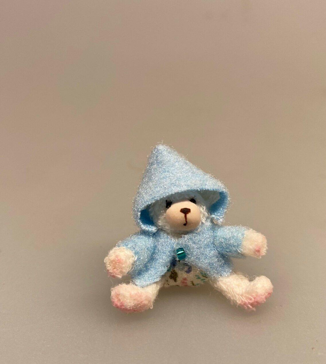 Miniature Plys Bamse med lyseblå trøje, bamse, mikro, miniature, bjørn, teddy, plysbjørn, paddington, peter plys, bamsebjørn, legetøj, krammebamse, sætterkasse, sættekasse, ting til, dukkehuset, børneværelset, dukkehus, dukkestue, nisser, nissebo, nissedør, sangskjuler, barnedåb, symbolsk, gaveide, gavekort, sjov, kigkasse, biti, ribe