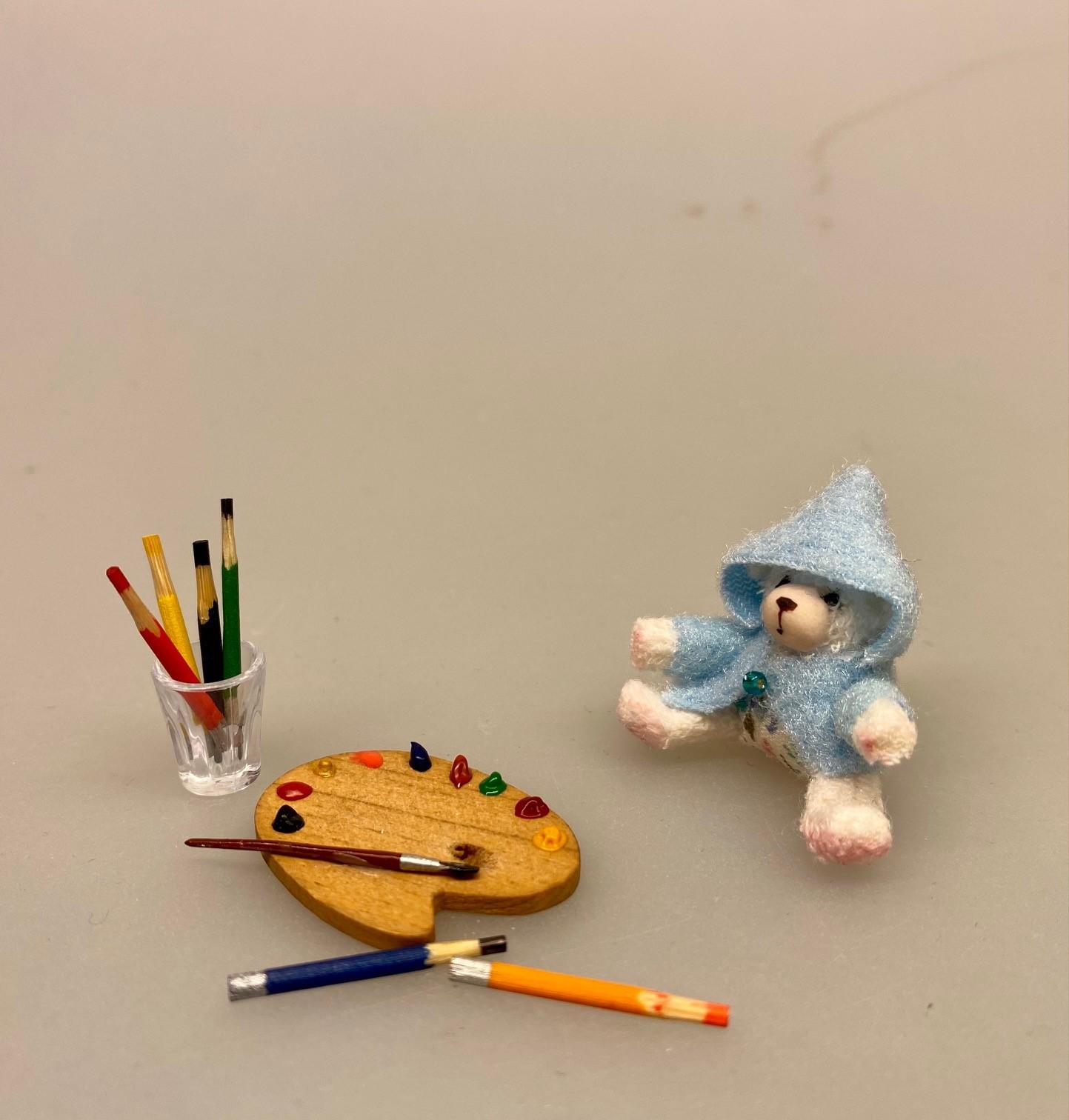 Miniature Plys Bamse med lyseblå trøje, bamse, mikro, miniature, bjørn, teddy, plysbjørn, paddington, peter plys, bamsebjørn, legetøj, krammebamse, sætterkasse, sættekasse, ting til, dukkehuset, børneværelset, dukkehus, dukkestue, nisser, nissebo, nissedør, sangskjuler, barnedåb, symbolsk, gaveide, gavekort, sjov, kigkasse, biti, ribe, Miniature Malertuber, kunstmaler, maling, oliemaleri, oliefarver, miniature, mini, maleri, maler, sangskjuler, kunst, gavekort, symbolsk, sætterkasse, sættekasse, dukkehus, dukkestue, ting, til, tilbehør, nisser, nisse, 1:12, farver, kreativ,