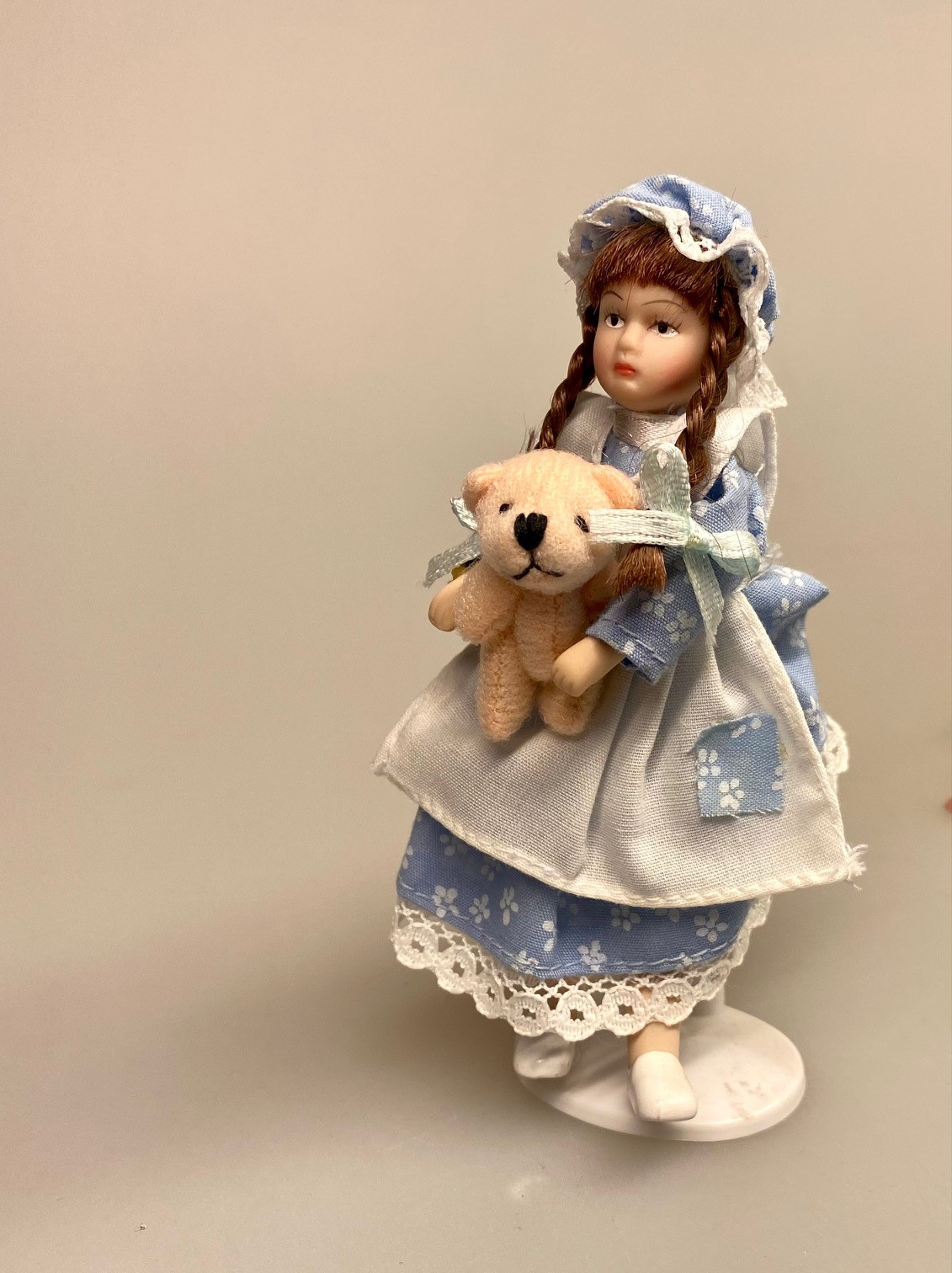 Miniature bamse rosa, Miniature bamse hvid, mini, micro, lillebitte, bamse, plyds, plydsbamse, plydsbjørn, teddy, teddybjørn, krammebamse, dukkehus, dukkehuset, sætterkasse, sættekasseting, sættekasse, sættekassen, amagerhydlen, nisserne, nissehus, nissebo, nissedør, småt, biti, ribe, 1:12