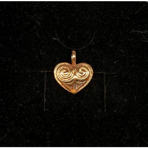 Bronze Vedhæng - Hjerte Amulet, museumssmykker, hjerte, hjertevedhæng, amulet, kærlighed, valentine, bryllup, smykke, bronze, keltisk, vikingefund, vikingesmykker, vikingevedhæng, vedhæng, bronze, specielt, flot, vadehavet, ansgar, ribe, biti, hjerteamulet, hjertesmykke, halskæde, gyldent, kobber